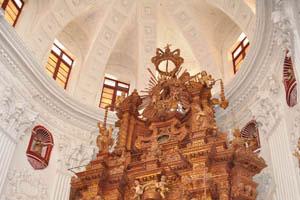 Церковь св. Каэтана, украшение с иезуитским солнцем на вершине