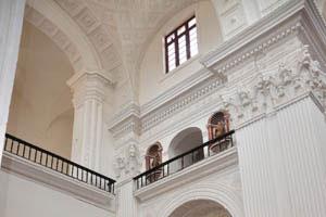 Церковь св. Каэтана, скамеечка у входа