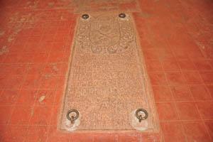 Церковь св. Каэтана, резьба с формой черепа и костей на полу
