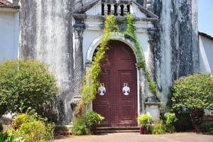 Закрытая дверь королевской часовни святого Антония