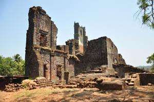 Башня св. Августина и руины вокруг неё