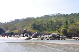 Скалы в северной части пляжа