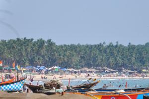 Толпа на пляже в полдень