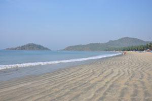 Утренний пляж почти пуст