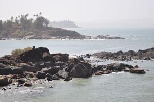 Скалы пляжа Коломб