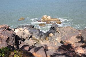 Каменистая часть пляжа