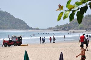 Наиболее спокойные волны находятся на северной стороне пляжа