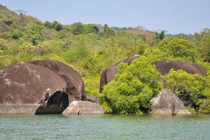 Несколько крупных камней в озере