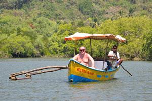 Лодка с удивительным туристом на борту