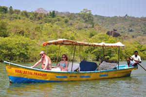 Туристам очень нравится катание на лодках по озеру Палолем