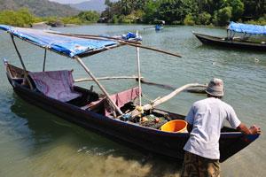 Ловец крабов тянет лодку на воду