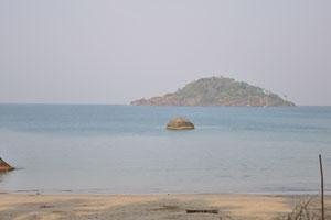 Вид из южной части пляжа Палолем на остров Канакона