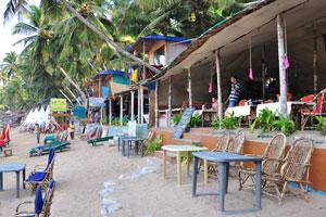 Некоторые столы из ресторана Папиллон размещены прямо на пляже