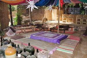 Пляжные хижины Ордо Сунсар: кафе на открытом воздухе с коврами на полу
