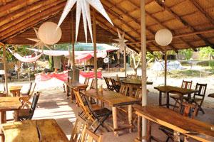 Пляжные хижины Ордо Сунсар: кафе украшено лампами с формой звёзд
