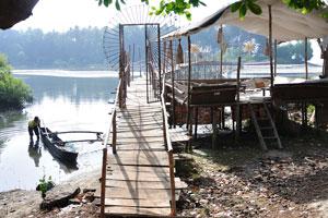 Этот мост ведёт от Пляжных хижин Ордо Сунсар на пляж Палолем