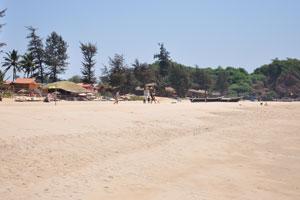 Хижины и рестораны в южной части пляжа