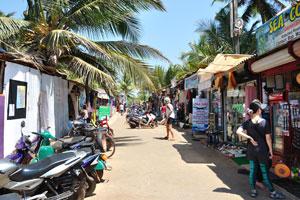 Главная улица с пляжными магазинами