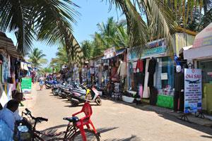 На пляжной улице имеется много магазинов и услуг