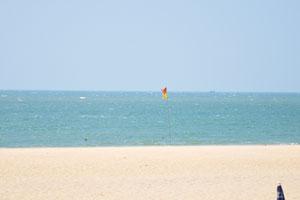 Жёлто-красный флаг означает безопасность для купания
