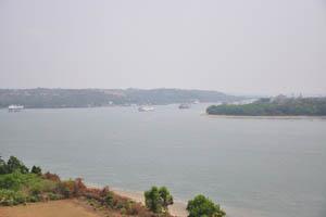 Огромные корабли на реке Мандови