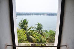 Взгляд сквозь окно на реку Мандови