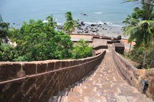 Лестница спускается к нижней части форта