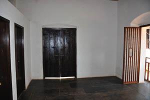 Три чёрные двери закрыты