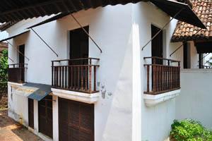 Почти каждое здание форта имеет небольшие деревянные балконы