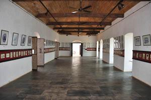 Огромный зал с картинами