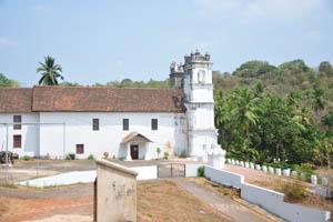 Католическая церковь, вид с дорожки к форту