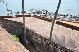 Крыша здания с пушечными отверстиями