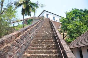 Длинная лестница идёт вверх