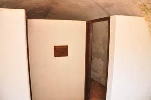 Дверь внутри здания с пушечными отверстиями