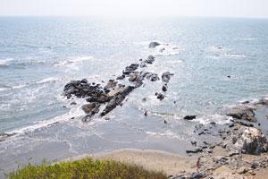 Эти камни разделяют пляжи Маленький Вагатор и Большой Вагатор