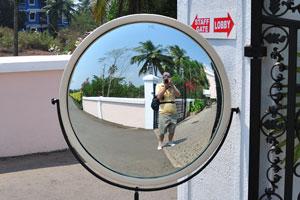 Изумрудные Пальмы: большое наружное зеркало возле ворот