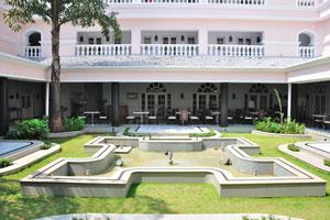 Клуб Махиндра Изумрудные пальмы 5*: внутренний сад украшен фонтаном