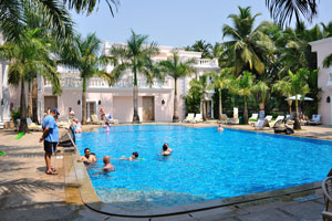 Клуб Махиндра Изумрудные пальмы 5*: синий бассейн отливает цветом алмазов