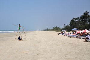 Шоу канатоходца на пляже