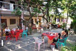 Шри Ума Шанкар, кафешные столики на открытом воздухе