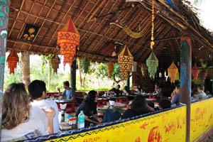 Ресторан в Шри Ума Шанкар полон людей
