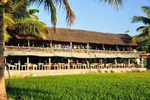 Двухэтажный ресторан с видом на рисовые поля