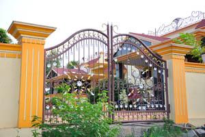 Ворота богатого коттеджа