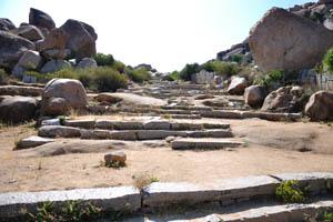 Каменные лестницы от базара до храма Ачуита Райяс