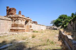 Внешний монастырь, восточная сторона