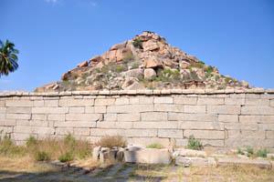 Вид на храм Веерабхадра с западной стороны внешнего монастыря