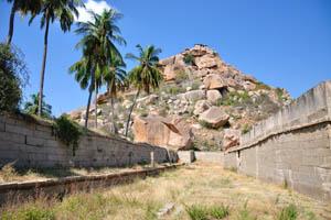 Вид на храм Веерабхадра с южной стороны внешнего монастыря