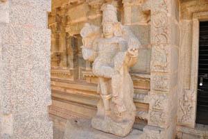 Второй страж-божество стоит у двери во внутреннее святилище