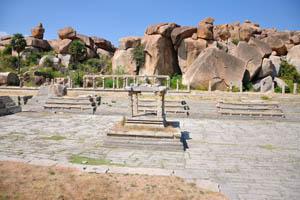 Святилище в центре пустого храмового резервуара