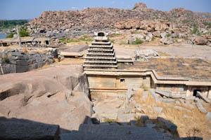 Древний храм рядом с рекой Тунгабхадра